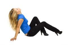 Fille blonde de beauté dans le mensonge bleu de chemise d'isolement Image stock