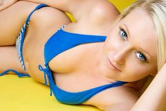 Fille blonde de bikini Photos stock