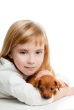 Fille blonde de gosse avec le mini crabot de mascotte d'animal familier de pinscher Photographie stock