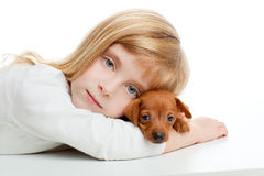 Fille blonde de gosse avec le mini crabot de mascotte d'animal familier de pinscher Images stock
