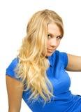 Fille blonde de jeune beauté dans la chemise bleue Photographie stock libre de droits