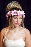 Fille blonde de l'adolescence rêveuse - robe habillée - fleurs Photographie stock libre de droits