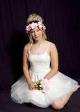 Fille blonde de l'adolescence rêveuse - robe habillée - fleurs Photo libre de droits