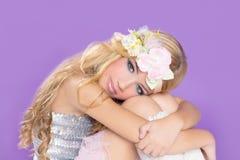 Fille blonde de mode de princesse avec des fleurs de source Photographie stock