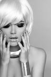 Fille blonde de mode. Femme de portrait de beauté. Cheveux courts blancs. Bla Photographie stock libre de droits