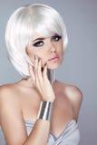 Fille blonde de mode. Femme de portrait de beauté. Cheveux courts blancs. OIN Images libres de droits