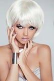 Fille blonde de mode. Femme de portrait de beauté. Cheveux courts blancs. OIN Photographie stock libre de droits