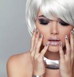 Fille blonde de mode. Femme de portrait de beauté. Cheveux courts blancs. OIN Photo stock