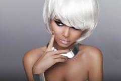 Fille blonde de mode. Femme de portrait de beauté. Cheveux courts blancs. OIN Image stock