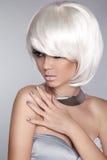 Fille blonde de mode Femme de portrait de beauté Cheveux courts blancs OIN Photo libre de droits