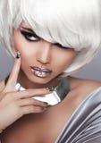 Fille blonde de mode. Femme de portrait de beauté. Cheveux courts blancs. Sexe Images libres de droits
