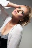 Fille blonde de mode posant sur le fond clair Photo libre de droits