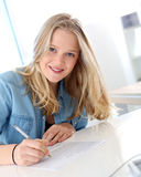 Fille blonde de sourire d'étudiant dans la classe Photographie stock libre de droits