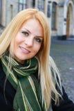 Fille blonde de sourire de jeunes Photos stock