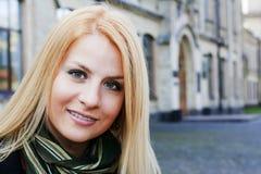 Fille blonde de sourire de jeunes Image libre de droits