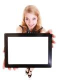 Fille blonde de sourire heureuse montrant à touchpad de comprimé d'ipad l'espace vide Photographie stock