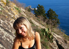Fille blonde de sourire près de la mer images stock