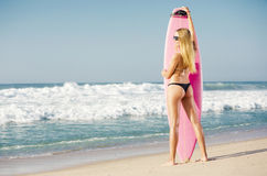 Fille blonde de surfer Photo libre de droits