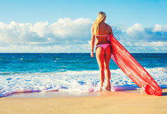 Fille blonde de surfer sur la plage Photographie stock libre de droits