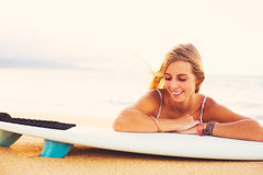 Fille blonde de surfer sur la plage Images libres de droits