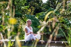 Fille blonde du zen 20s priant, environnement de l'eau Photos stock