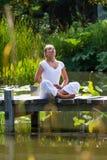 Fille blonde du zen 20s respirant, environnement de l'eau Photographie stock