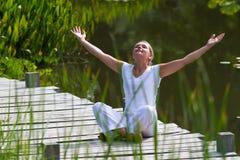 Fille blonde du zen 20s revitalisant, environnement de l'eau Photo libre de droits