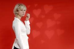 Fille blonde, fond de coeur photos stock
