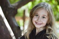 Fille blonde heureuse à l'extérieur Images libres de droits