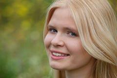 Fille blonde heureuse dehors Images libres de droits