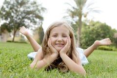 Fille blonde heureuse sur la nature Photo stock