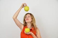 Fille blonde, jeune et sensuelle avec les pommes vertes Image libre de droits