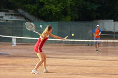 Fille blonde jouant au tennis images stock