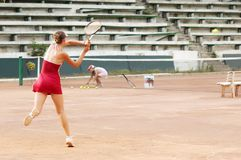 Fille blonde jouant le tennis image libre de droits