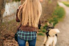 Fille blonde marchant avec un dieu enroué Vue arrière Photo libre de droits