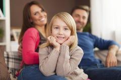 Fille blonde mignonne avec ses parents photographie stock libre de droits