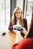 Fille blonde mignonne faisant servir un café par son ami Photos libres de droits