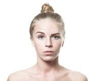 Fille blonde observée par bleu confus Photos stock
