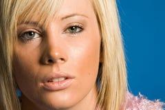 Fille blonde occasionnelle avec le vêtement à la mode photographie stock libre de droits