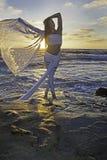 Fille blonde par l'océan photos stock