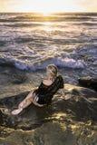 Fille blonde par l'océan photos libres de droits
