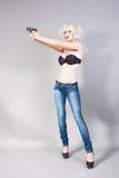 Fille blonde retenant un canon Image stock