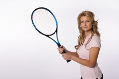 Fille blonde retenant une raquette de tennis Photographie stock libre de droits