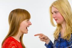 Fille blonde se dirigeant à l'amie rousse Photo libre de droits