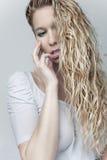 Fille blonde sensuelle dans la chemise humide images stock