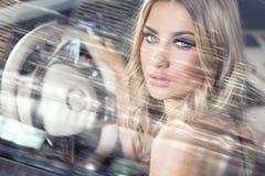 Fille blonde sensuelle dans la voiture de luxe Photographie stock