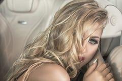 Fille blonde sensuelle dans la voiture de luxe Photos libres de droits