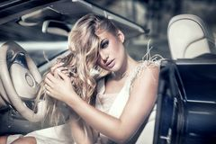Fille blonde sensuelle dans la voiture de luxe Photo stock