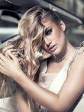 Fille blonde sensuelle dans la voiture de luxe Photos stock