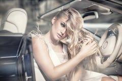 Fille blonde sensuelle dans la voiture de luxe Images stock